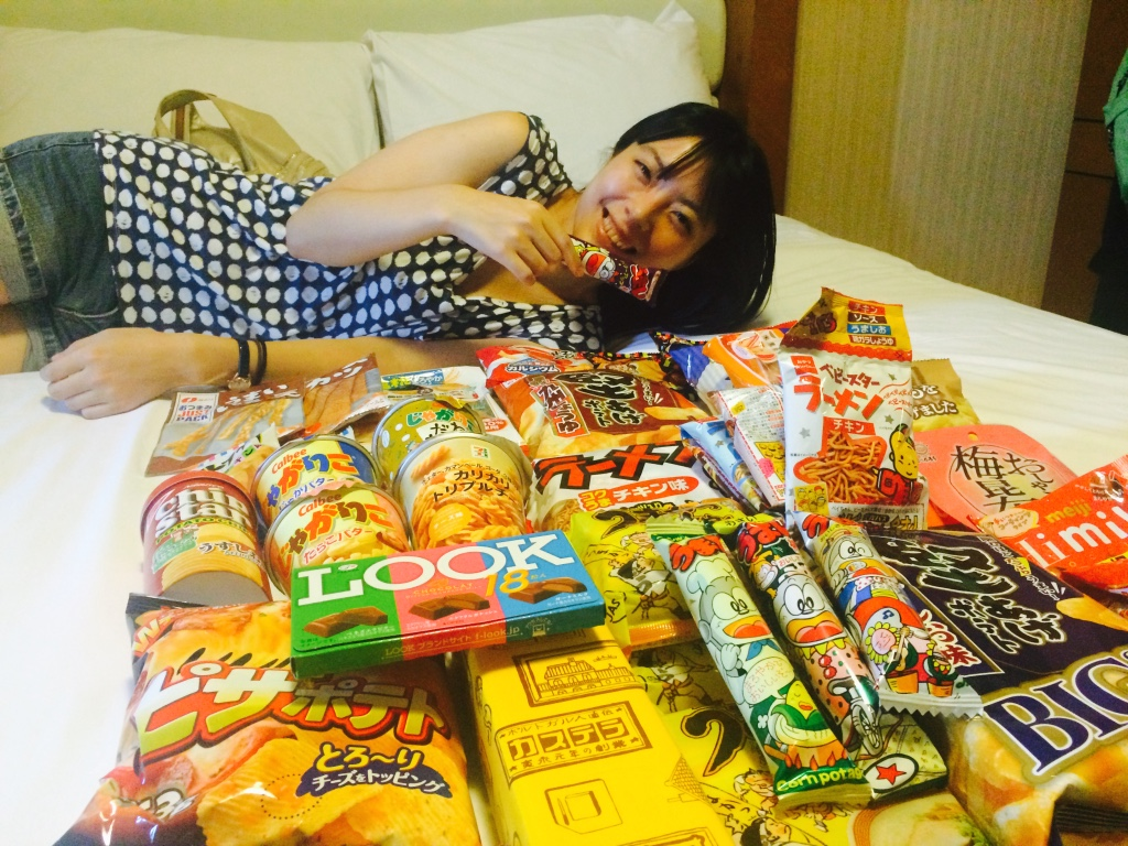 日本のお菓子とミキのセクシーポーズ