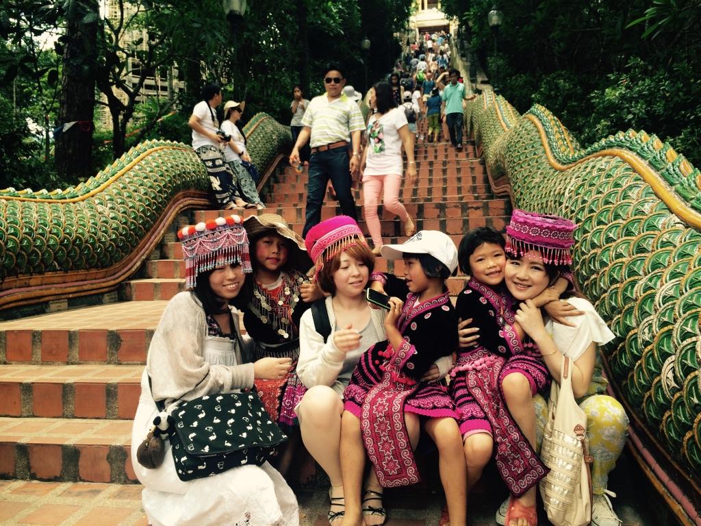 観光用の民族衣装を着た子どもたち