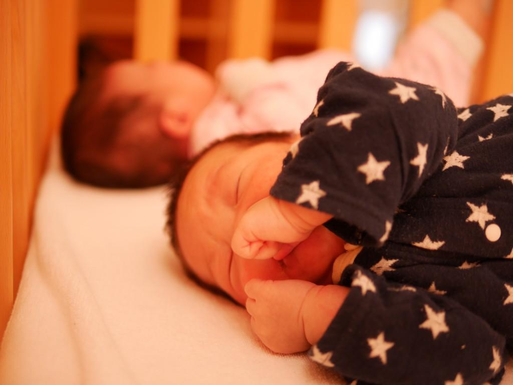 ベビーベッドで眠る息子氏